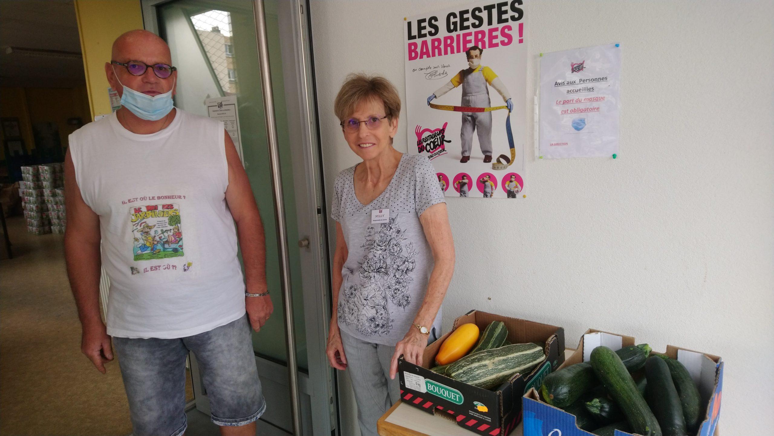 Notre Animateur Michel remettant les légumes à la responsable du site AD21 - 1, rue Morel Retz à Dijon pour les Restos du Cœur